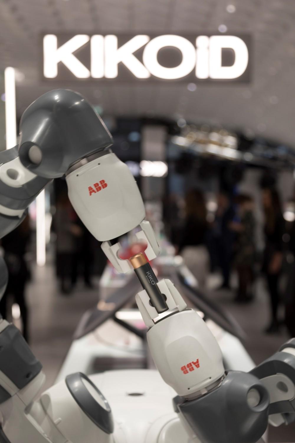Robot, KIKOiD di Kiko a Milano, corso Vittorio Emanuele
