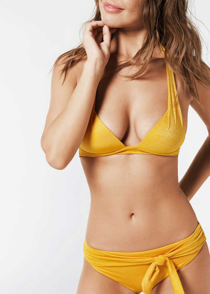 Bikini lurex giallo di tendenza nell'estate 2020