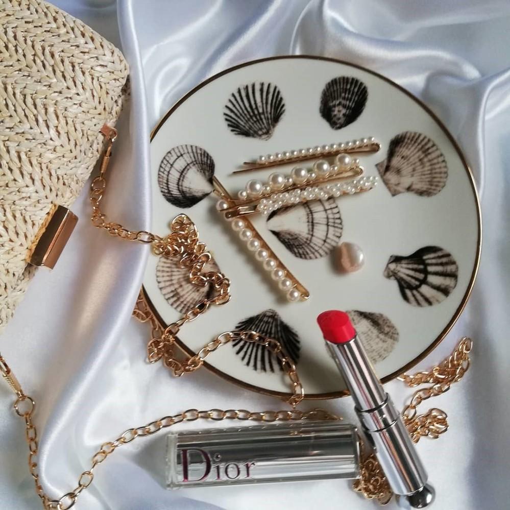 Accessori per estate 2020 rossetto Dior, fermagli capelli e borsa rafia