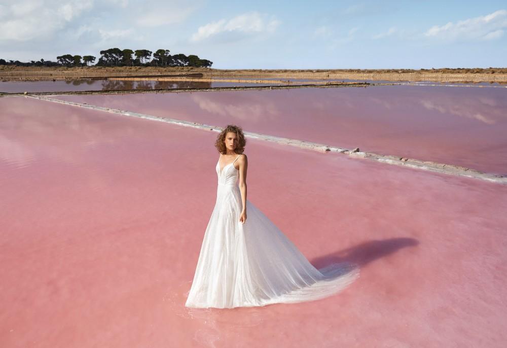 Il paesaggio delle Saline di Marsala accoglie magicamente gli scatti della collezione sposa 2021 Atelier Emé.